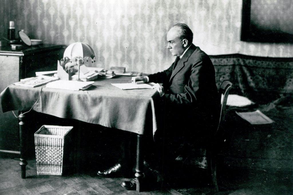 Stefan Żeromski przy pracy