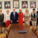 Zdjęcie Rektora UJK z nowo powołanymi Dyrektorami Insytutów i Katedr