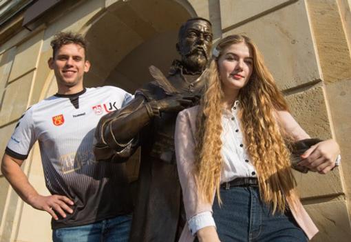 Studenci przy pomniku Jana Kochanowskiego przed wejściem do Rektoratu